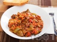 Пържени чушки с бамя в доматен сос
